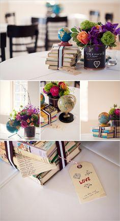 un centre de table avec des livres, un petit globe et un beau bouquet bien sûr !