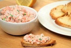 Deze zalmtartaar is gemaakt van zowel verse als gerookte zalm en heeft daardoor een hele fijne en subtiele vissmaak. Serveer met wat knapperig geroosterd brood als elegant borrelhapje, of serveer als feestelijk voorgerecht met wat rucola, kappertjes en in de oven gepofte cherrytomaat. Genieten! Seafood Recipes, Cooking Recipes, Healthy Recipes, Healthy Food, Party Snacks, High Tea, Tapas, Salad Recipes, Potato Salad