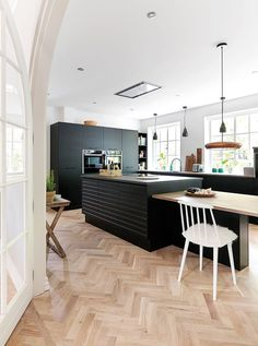 Svart og stram kjøkkeninnredning i svartbeiset eik fra JKE design. Wood Interior Design, Interior Design Living Room, Kitchen Dinning Room, Kitchen Decor, Green Kitchen, Design My Kitchen, Nordic Kitchen, Kitchen Installation, Cuisines Design