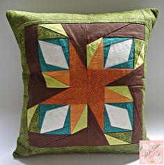 Capa de almofada de patchwork, paper piecing (as cores podem ser modificadas de acordo com a preferência).  Tecido 100% algodão.  Lavável.  Fechamento tipo envelope.  Não acompanha enchimento.