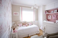 Quarto de bebê rosa com o tema bonecas de pano
