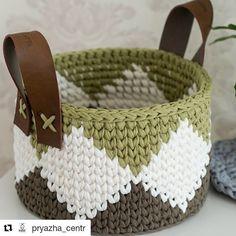 Que tal um cestinho bem contemporâneo e sofisticado? O que acharam da combinaç… How about a very contemporary and sophisticated basket? Crochet Home Decor, Diy Crochet, Crochet Toys, Crochet Handbags, Crochet Purses, Crochet Basket Pattern, Knitting Projects, Crochet Projects, Craft Ideas