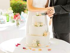 Sie möchten Ihre Hochzeitstorte selbst backen? Wie wäre es dann mit dieser leckeren dreistöckigen Schoko-Buttercreme-Torte? Wir haben das Rezept für Sie.
