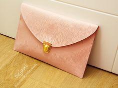 Bolso rosa de piel de imitación, con cadena que se puede quitar. Puedes llevarlo colgado o usarlo como bolso de mano.  Tamaño: 28x18cm Largura de la cadena 100 cm aproximadamente