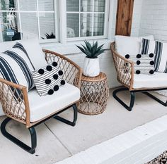 Front Porch Chairs, Front Porch Seating, Front Porch Furniture, Back Patio, Outdoor Spaces, Outdoor Living, Small Porches, Patio Interior, Sweet Home