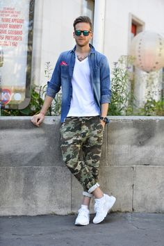 Camouflage print trousers with white trainers, white v-neck t-shirt and a blue denim shirt Jogger Outfit, Camo Pants Outfit, Mode Masculine, Camo Fashion, Mens Fashion, Paris Fashion, Style Fashion, Blue Denim Shirt, Denim Blazer