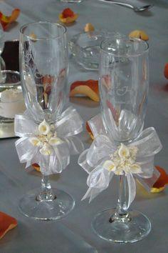 Boda Copas para los novios Bride And Groom Glasses, Wedding Wine Glasses, Wedding Flutes, Wedding Cups, Decorated Wine Glasses, Painted Wine Glasses, Wedding Crafts, Wedding Decorations, Wine Bottle Crafts