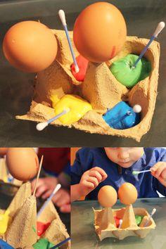 Eier anmalen für Kinder leicht gemacht!!! Einen Eierkarton in 2 Hälften schneiden und einen Zahnstocher mit Heißkleber befestigen. Kein Pinsel noch Teller auswaschen!! die Eier lassen sich einfach drehen und bemalen.