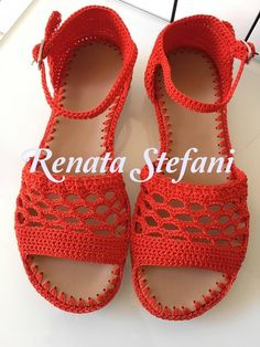 Sandalias Crochet Shoes Pattern, Shoe Pattern, Crochet Baby Sandals, Crochet Slippers, Mens Beach Shoes, Crochet Videos, Crochet Fashion, Crochet Designs, Leather Sandals