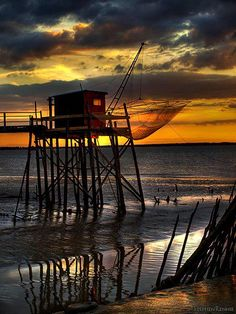 #Carrelets #Bordelais devant un #magnifique coucher de #soleil.  #sunset #Gironde #seaside #mustsee #France Image Guide, Impressionist Landscape, Sea Photo, City Landscape, Beautiful Sunset, Strand, Ocean, Costa, Travel