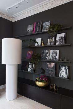 Dark Bookshelf wall , grey wall from a project designed by Ida Lundqvist Interiordesigner ID LU. Expressive style and masculine feeling. Modern and luxurious. Seen in BONYTT Norway and soon in Sköna Hem, Sweden. Photo by: Jorunn Tharaldsen