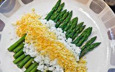 Asparagi con salsa mimosa - Vi proponiamo la ricetta degli asparagi con la salsa mimosa. La mimosa in cucina indica le uova sode o soli i tuorli sodi sbriciolati o triturati fino ad ottenere delle soffici bricioli gialle, che ricordano appunto il fiore della mimosa