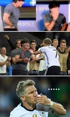 Joachim Loew grzebał w spodniach podczas meczu • Bastian Schweinsteiger wiedział czym tu śmierdzi • Wejdź i zobacz śmieszny mem >> #low #football #soccer #sports #pilkanozna