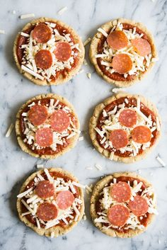 These homemade pizza lunchables are based on the classic lunch time favorite, but made healthier with a grain-free crust and high quality toppings. Your kids will love finding these in their lunchboxes! Clean Eating Meal Plan, Clean Eating Recipes, Cooking Recipes, Lunch Recipes, Free Recipes, Yummy Recipes, Yummy Food, Gluten Free Meal Plan, Pizza