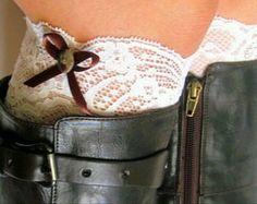 Brassard de démarrage dentelle accessoires 2 pour 20 $. Veuillez sélectionner les options de couleur lors du départ. Lace boot brassard accessoires - corail, beige, Ivoire, noir floral. Tous les matériaux sont en dentelle souple de haute qualité qui ont une grande étendue pour un ajustement confortable.  -Tailles- Sil vous plaît laissez-moi savoir taille à la caisse, si la taille nest pas remarqué à la caisse quune taille populaire serait envoyée.  Options:  * XS-12 * Sm-13 (taille…