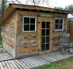 Shed built from old pallets. By Andrea: scrapality.com