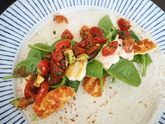 Många av er har önskat recept på min halloumiwrap som jag brukar äta när jag vill göra något snabbt. Jag hör bön! Detta är mitt bästa snabbrecept och får man bara in rutin på att hacka tomater går det på under tio minuter! Jag har nästan alltid ingredienserna hemma redo att slänga ihop en …