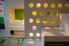 Matériel : – 2 x MYDAL, Structure lits superposés (001.024.52) – 1 TROFAST, Structure (100.914.53) – TROFAST, Bac (200.892.42) – 2 KUSINER, Rangement pour lit (301.632.60) – MDF 19mm – Sol stratifié Description : J'ai 2 fils qui partagent une chambre. Pour laisser le maximum de place dans la pièce, je voulais un lit mezzanine inversé, pour qu'ils puissent dormir en bas, et avoir une aire de jeux en haut. Ca leur permet d'avoir plus d'espace pour jouer, notamment aux Lego ! Le haut du lit…