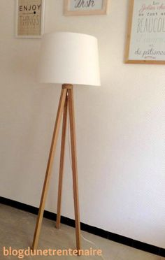 The beautiful story of my Scandinavian DIY floor lamp Scandinavian Floor Lamps, Diy Floor Lamp, Diy Luminaire, Wooden Pallet Projects, Mid Century Modern Living Room, Decoration Inspiration, Diy Flooring, Bedroom Lamps, Tripod Lamp
