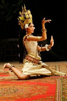 TRADITIONAL DANCER APSARA.....CAMBODIA.....PARTAGE OF ERIKA PAKASI.....