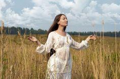 Stock Bild von 'Portrait der schönen Frau auf dem Feld.'
