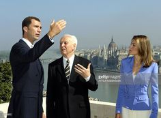 Spanish Crown Prince Felipe de Bourbon (L) chats with Hungarian President Ferenc Madl (C) on the terrace of its presidential residency in Budapest, while the prince's wife, Princess of Asturia, Letizia Ortiz Rocasolano watches, 07 September 2004. The royal couple pays a four-day official visit to Hungary, their first official visit out of Spain since their wedding last May.
