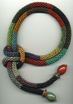 Bead crochet is ideal for making even and strong ropes. However you have to have quite a lot of experience to get a good result. The start and the first rows in particular are difficult. Studio Dax...
