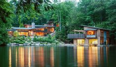 In a beautiful land of Canada, surrounded only by serenity and peace, arhitect Christopher Simmonds has designed the stunning Muskoka Cottage.