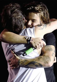 LARRY STYLINSON OTRA HUG 2015 || HARRYS FACE IS SMOSHED AGAINST LOUIS I CANT AND LOOK HOW FUCKING HAPPY HE IS TO BE HUGGING HIS BOYFRIEND INFRONT OF MILLIONS AGAIN