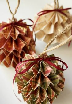 DIY Paper Christmas Ornaments DIY Papier Christbaumschmuck mit Step by Step Photo Tutorial und Anleitung Paper Christmas Ornaments, Noel Christmas, Rustic Christmas, Diy Ornaments, Paper Christmas Decorations, Christmas Crafts With Paper, Pinecone Ornaments, Owl Ornament, Diy Christmas Decorations Using Wrapping Paper