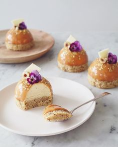 Little dome cakes with a hazelnut sponge base, lemon and white chocolate mousse and a dulce de leche glaze ✌️✌ topped with @giustomanettibattiloro vanilla flavoured edible gold sprinkles