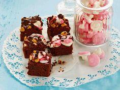 Rocky road -suklaapalat rockyroad leivonnaiset jälkiruoat suolapähkinä vaahtokarkki Rocky Road, Holidays And Events, Margarita, Muffin, Sweets, Candy, Baking, Breakfast, Desserts