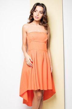 Pomarańczowa sukienka oparta na biuście
