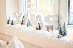 Weihnachts-Deko für die Fensterbank zu Hause im Wohnzimmer selber machen. Mit Pappmaché-Buchstaben, Watte und Mini-Figuren und Schneetannen entsteht ein kleines Winter-Wunderland! Ausführliche Bastel-Anleitung zum Nachmachen und Dekorieren auf www.noch-kreativ.de