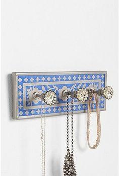 DIY doorknob jewelry organizer. Find more organization DIY ideas @BrightNest Blog