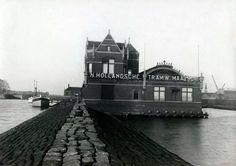 Tramstation van de NZH in 1915 aan de noordelijke IJ-oever. Van hier uit vertrekken interlokale trams naar Volendam en Purmerend. Links het NZH pendelbootje naar het Centraal Station.