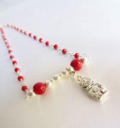 Collier mi-long breloque poupée russe et perles rouges : Collier par mademoiselle-topaze-bijoux