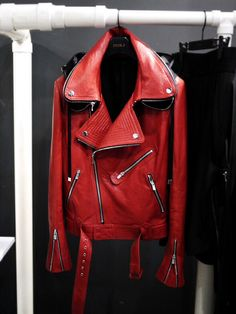 Men's Leather Jackets: How To Choose The One For You. A leather coat is a must for each guy's closet and is likewise an excellent method to express his individual design. Leather jackets never head out of styl Types Of Jackets, Jacket Types, Men's Jackets, Estilo Rock, Glamour, Leather Men, Red Leather, Leather Jackets, Stylish Men