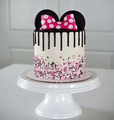 Lyncoln's pretty Minnie Mouse Cake! This girl has no cho. Lyncoln's pretty Minnie Mouse Cake! This girl has no choice but to turn out Pastel Minnie Mouse Betun, Bolo Do Mickey Mouse, Bolo Da Minnie Mouse, Minnie Mouse Birthday Cakes, Mickey Cakes, Disney Birthday, Birthday Cake Girls, Happy Birthday, Mickey And Minnie Cake