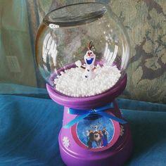 Centro de mesa Personaje temático (Frozen) Material: Maseta completa Pecera Pintura Figuras de cualquier personaje Listón Etiqueta diseñada Copos de nieve Hielo seco en bolitas (faux snow) Cilicon Pistola para el silicon