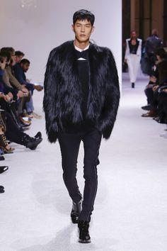 The complete Balmain Fall 2018 Menswear fashion show now on Vogue Runway. Aw18 Fashion, Mens Fashion 2018, Men Fashion Show, Latest Mens Fashion, Fall Fashion Trends, Fashion Show Collection, Unisex Fashion, Fashion Week, Fashion Brands