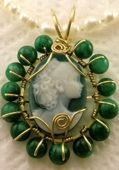 Green agate cameo pendant showing young girl - gold frame with emerald beads Cameo Jewelry, Wire Jewelry, Jewelry Design, Or Antique, Antique Jewelry, Vintage Jewelry, Bijoux Fil Aluminium, Cameo Pendant, Green And Gold