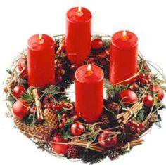 La couronne de l'avent Elle rappelle que Noël revient chaque année, ainsi que le cycle de la vie après la mort. On la met sur la porte d'entrée en signe de bienvenue ou sur une table avec 4 bougies. Chaque dimanche on en allume une de plus. Plus la fête de Noël approche, plus il y a de lumière, rappelant pour les Chrétiens que Jésus est la lumière du monde. La couronne de l'avent a été inventée par un Allemand, éducateur et théologien en 1839. Cet usage a été repris dans nombreux pays. >