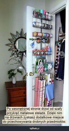 Sprytne przechowywanie w małym mieszkaniu - Po wewnętrznej stronie drzwi od szafy przykręć metalowe stelaże. Dzięki nim na drzwiach zyskasz dodatkowe miejsce do przechowywania drobnych przedmiotów.