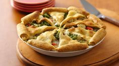 Easy veggie lovers pot pie with Pillsbury refrigerated garlic butter crescent dinner rolls that's ready in an hour Beef Pot Pies, Vegetable Pot Pies, Veggie Meals, Veggie Dishes, Vegetable Ideas, Tasty, Yummy Food, Fun Food, Food Art