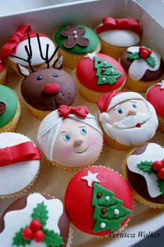Vanilla cupcakes decorated with fondant. Classes are available : [link] Xmas Cupcakes Christmas Sweets, Christmas Cooking, Noel Christmas, Christmas Goodies, Father Christmas, Christmas Ideas, Christmas Cup Cakes Ideas, Christmas Themed Cake, Xmas Desserts