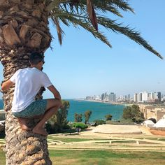 Chilling in slope park gazing over the spectacular city of Tel-Aviv, which is known as the 'white city'! Tel Aviv's is surrounded with over white buildings built-in a unique form of the Bauhaus Architecture, which is where it get's its nickname. Bauhaus Architecture, White Building, White City, Tel Aviv, Travel Couple, Chilling, Middle East, Israel, Grand Canyon