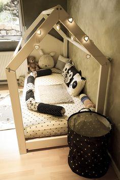 Junior hat ein neues Bett bekommen. Natürlich nicht irgendein Bett, ein mega großes Hausbett mit den Maßen 90×200 cm. Ja, Junior ist erst 1,5 Jahre und der Ein oder Andere fragt sich jetzt, warum er dann jetzt schon ein so großes Bett braucht. Ganz einfach: Wir sind sehr pragmatisch und denken an die Zukunft und …