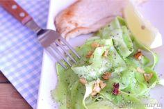 http://cocinayrecetas.hola.com/comerconpoco/20120424/cintas-de-calabacines-con-filete-de-pechuga-pollo/