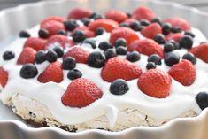 Bastogne kage med marengs, flødeskum & bær | nogetiovnen.dk Raspberry, Cheesecake, Fruit, Desserts, Food, Tailgate Desserts, Deserts, Cheesecakes, Essen